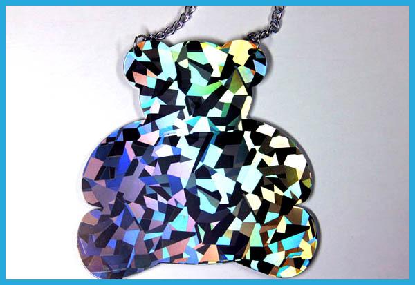 先に形状が出来上がっている素材に対し、後からホログラム加工が可能です。