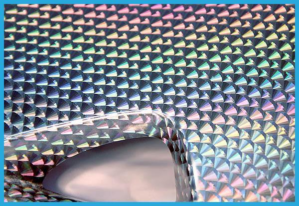 自動車用タイヤのホイールカバーのアップ、形状にフィルムがうまくフィットしています。