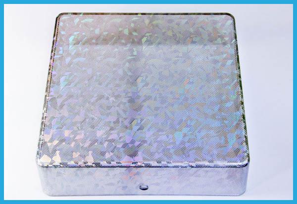 光を通す素材にホログラムを施すと、光の強さや、光のあたる方向によってフィルムパターンの見え方が変化します。